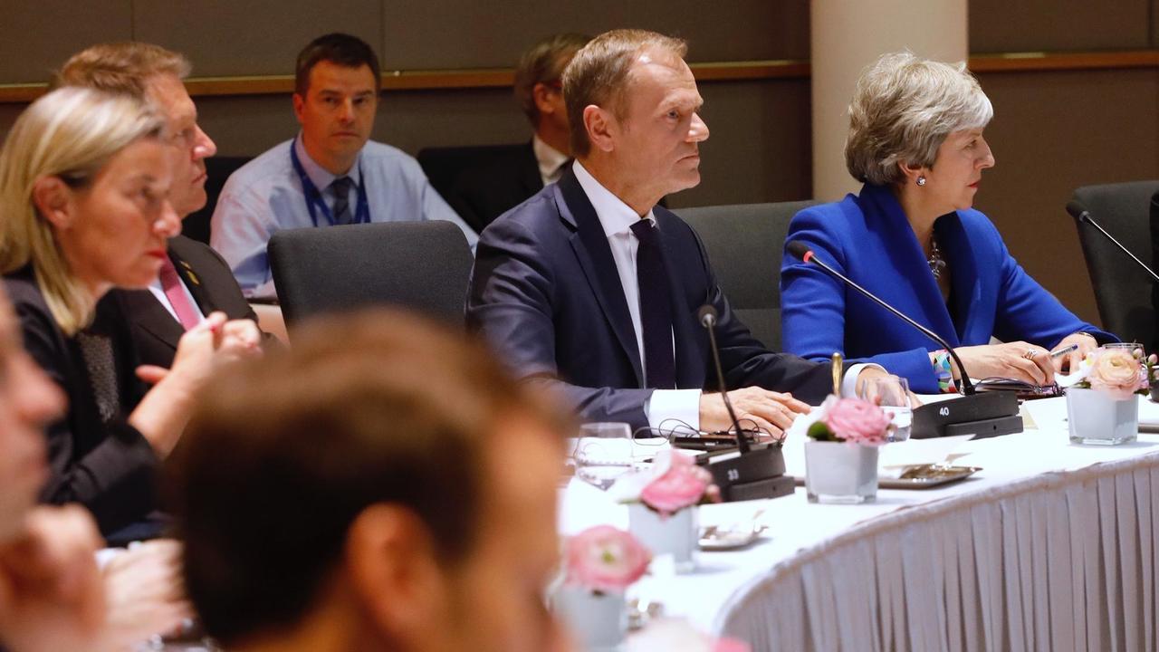Europeiska rådets ordförande Donald Tusk och brittiska premiärministern Theresa May vid Europeiska rådets möte onsdag kväll.