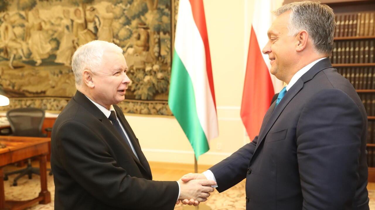 Jarosław Kaczyński, ledare för polska regeringspartiet, tar i hand med Viktor Orbán, Ungerns premiärminister. Arkivbild.