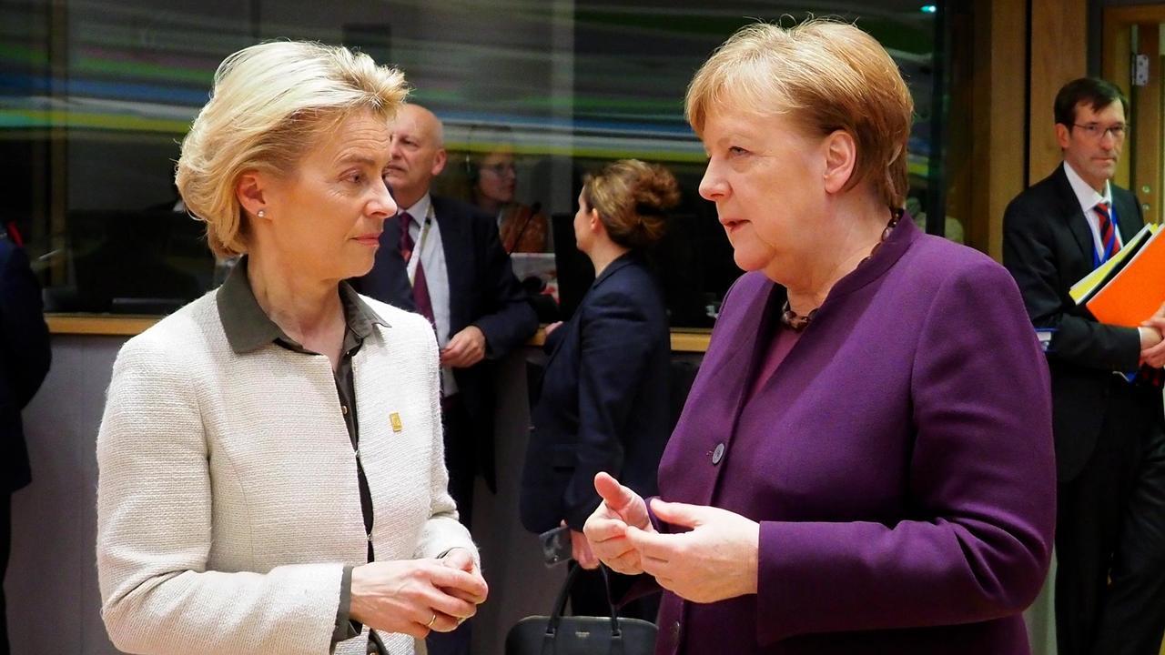 EU-kommissionens ordförande Ursula von der Leyen i samtal med den tyska förbundskanslern Angela Merkel. Arkivbild.