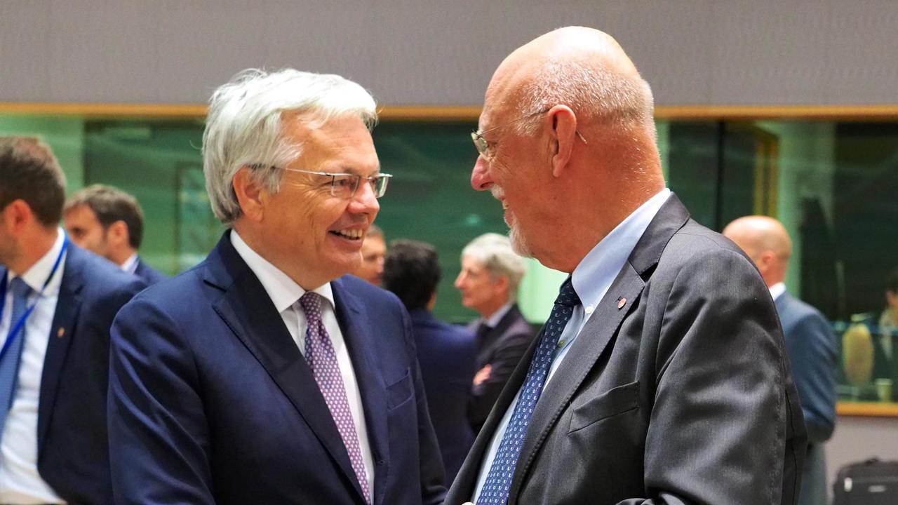 Till höger Sveriges EU-minister Hans Dahlgren i samtal med sin belgiske motsvarighet Didier Reynders på måndagens möte.