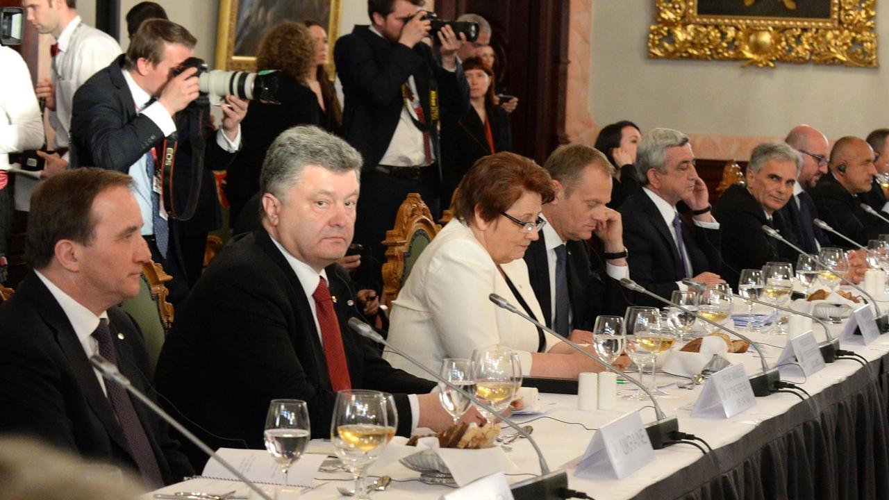Statsminister Stefan Löfven (S) med Ukrainas president Porosjenko på förra toppmötet med östliga partnerskapet 2015. Arkivbild.