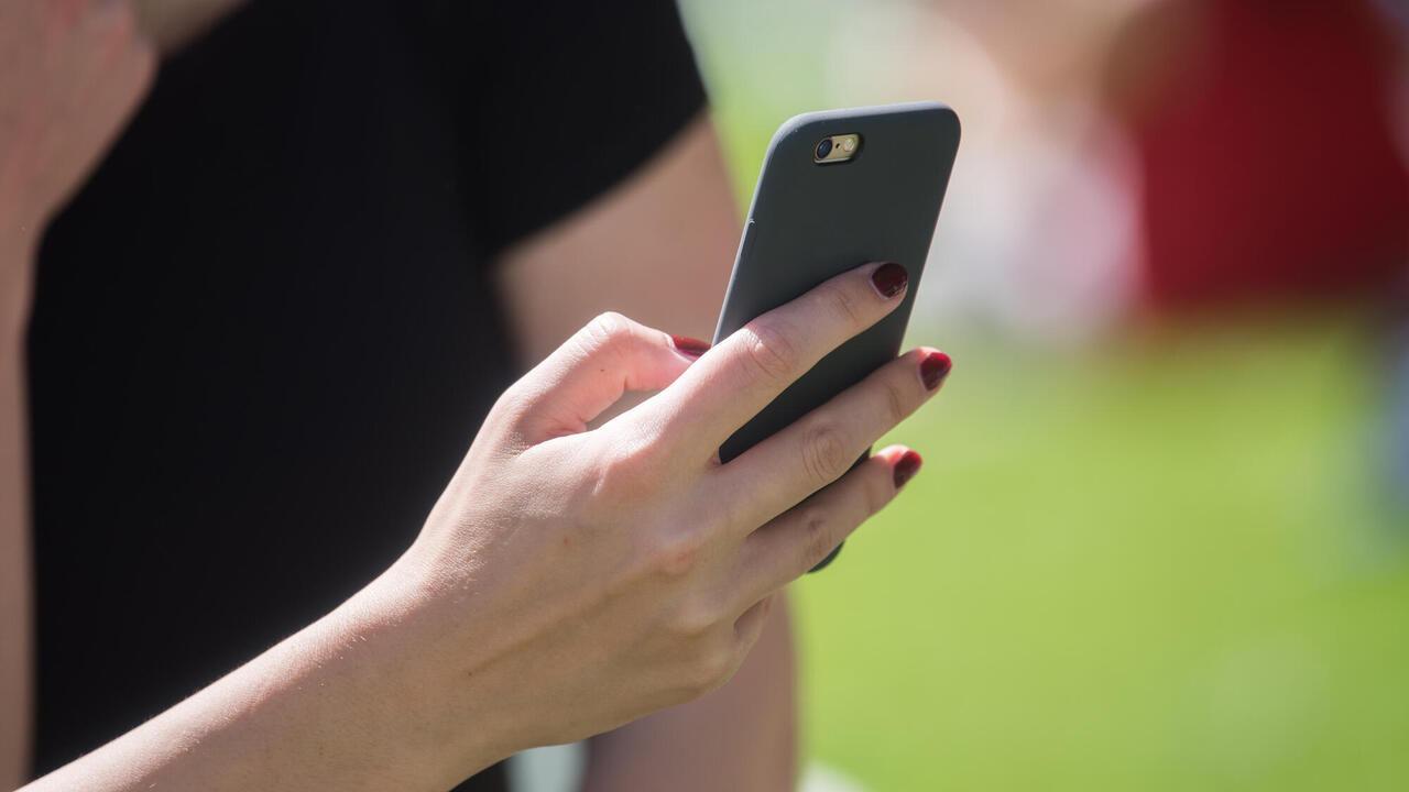 Spionprogrammet kan bland annat se allt som finns på telefonen som krypterade chattar, e-post, foton och GPS-data. Mobiltelefonerna kan även förvandlas till ljud- eller videoinspelare. Arkivbild.