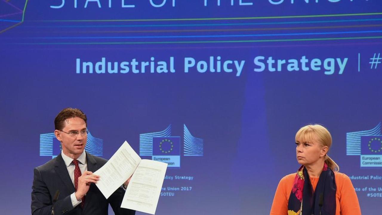 EU-kommissionärerna Jyrki Katainen och Elżbieta Bieńkowska vid måndagens presentation.