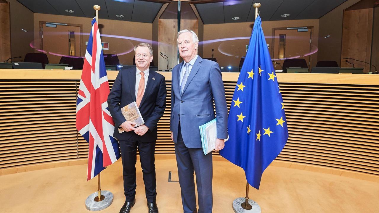 David Frost och Michel Barnier innan coronakrisen gjorde att förhandlingarna mellan EU och Storbritannien numera sker på distans. Arkivbild.
