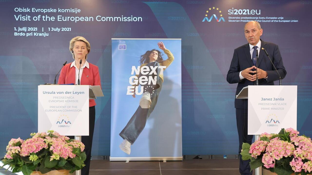 EU-kommissionens ordförande Ursula von der Leyen tillsammans med den slovenske premiärministern Janez Janša under torsdagens presskonferens. Arkivbild.