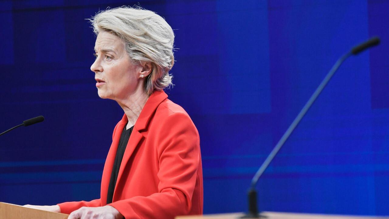 Ursula von der Leyen EU-kommissionens ordförande begärde på tisdagen att EU-domstolen ska utdöma böter för Polen för varje dag som landet dröjer med att följa EU-domstolens beslut att värna de polska domstolarnas oberoende.