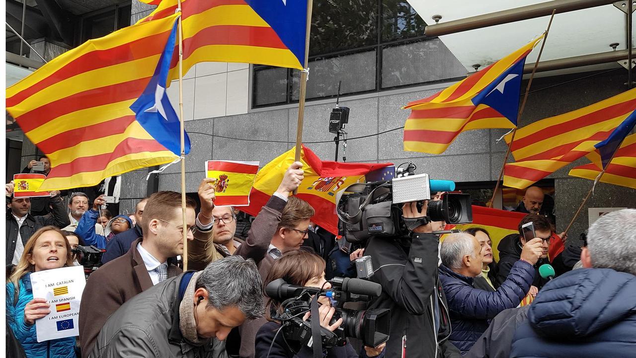 """""""Fegis!"""" """"Leve Spanien"""" skanderade demonstranter när Puigdemont kom till Bryssel."""