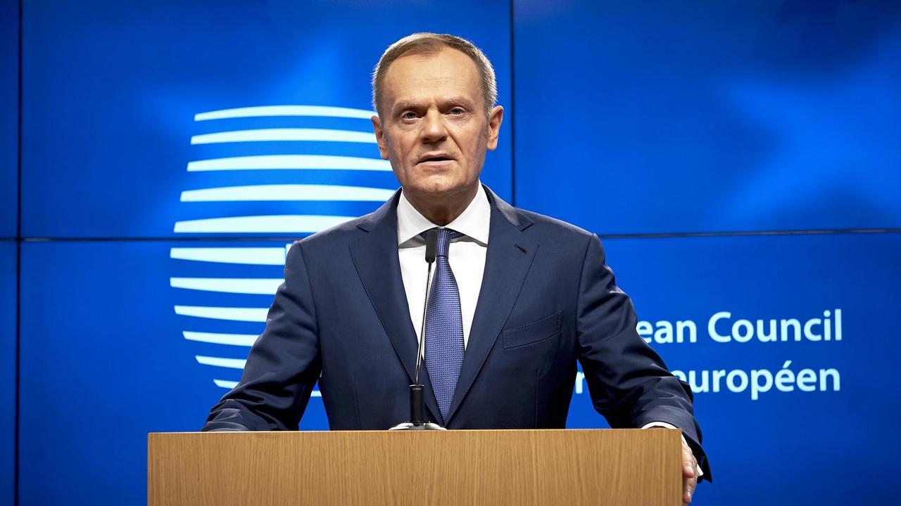 Europeiska rådets ordförande Donald Tusk öppnar upp för att skrota idén om att alla EU-länder ska ta ansvar för flyktingar.