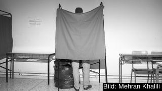En man röstar i ett lokalval i grekiska Vrachati. Arkivbild.