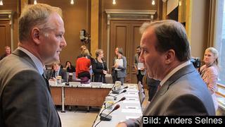 Vänsterpartiets ledare Jonas Sjöstedt och statsminister Stefan Löfven (S) diskuterar i EU-nämnden. Arkivbild.
