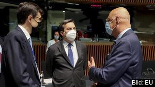 EU-minister Hans Dahlgren (till höger i bild) i samtal med kollegor från Spanien och Italien under tisdagens EU-ministermöte i Luxemburg.