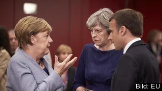 Storbritanniens Theresa May i samtal med Tysklands Angela Merkel och Frankrikes Emmanuel Macron. Arkivbild.