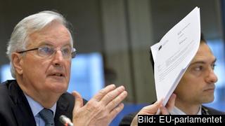 Brexitförhandlare Michel Barnier håller upp den politiska deklaration som ligger till grund för de framtida förhandlingarna om Storbritanniens relation till EU.