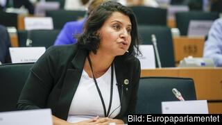 Europaparlamentariker Abir Al-Sahlani (C) vill att EU hjälper de fattigaste länderna i världen att få coronavaccin.