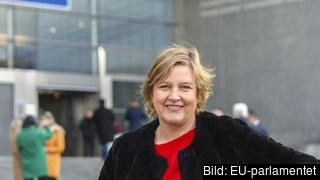 Karin Karlsbro (L) utanför EU-parlamentet i Bryssel. Arkivbild.