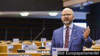 Europaparlamentarikern och Sverigedemokraten Charlie Weimers i talarstolen
