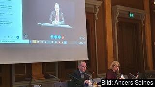 EU-nämndens möte 19 november 2020. På bilden syns EU-nämndens ordförande Pyry Niemi (S) och riksdagsanställda samt statsminister Stefan Löfven på skärm.