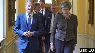 Det blir ingen omröstning om brexit imorgon. Det meddelade  premiärminister Theresa May i eftermiddags. Här tillsammans med Europeiska rådets ordförande Donald Tusk. Arkivbild.