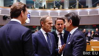 Ledarna för Österrike, Luxemburg och Italien samtalar med mötesordförande Donald Tusk vid torsdagens EU-toppmöte.