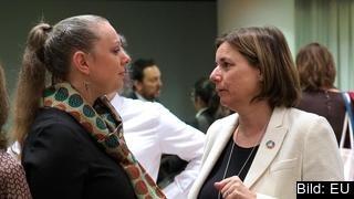 Miljö- och klimatminister Isabella Lövin (MP) till höger i bild i samtal med Luxemburgs miljöminister Carole Dieschbourg från Gröna partiet på EU:s ministerrådsmöte 5 mars 2019.