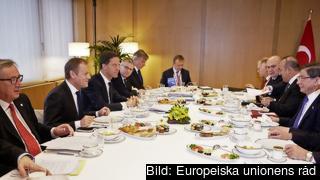 Kommissionsordförande Jean-Claude Juncker, rådsordförande Donald Tusk, Nederländernas premiärminister Mark Rutte vid fredagens frukostmöte med Turkiets premiärminister Ahmet Davutoğlu.