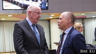 Till höger Sveriges justitie- och migrationsminister Morgan Johansson (S) i samtal med sin irländske kollega Charles Flanagan på onsdagens möte i Bryssel