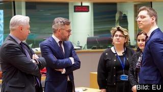 Tysklands EU-minister Michael Roth (andra från vänster) i samtal med kollegor från Slovenien och Rumänien vid tisdagens möte i Bryssel.