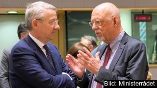 Rumäniens EU-minister diplomaten George Ciamba i samspråk med Sveriges EU-minister Hans Dahlgren (S) på ett möte med allmänna rådet i Bryssel. Arkivbild.