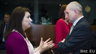 Sveriges EU-minister Ann Linde (S) i samtal med Estlands ständige representant Matti Maasikas på ministerrådsmöte i Bryssel 22 maj 2017. Arkivbild.