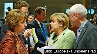 EU:s utrikeschef Catherine Ashton, Tysklands Angela Merkel och Europeiska rådets Herman Van Rompuy under diskussionerna om Serbiens medlemskapsförhandlingar. I bakgrunden skymtar Storbritanniens David Cameron.