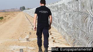 En grekisk gränsvakt patrullerar landets gräns mot Turkiet. Arkivbild.
