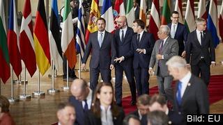 Längst bak i bilden från torsdagens EU-toppmöte syns Polens premiärminister Mateusz Morawiecki.