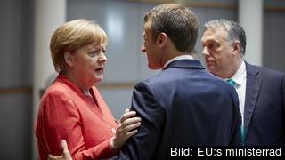 Tyskland förbundskansler Angela Merkel och Frankrikes president Emmanuel Macron samarbetar allt mer.