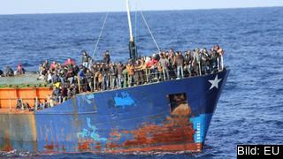 Den svenska utredarens förslag syftar till att skapa laglig vägar för asylsökande in i EU så de slipper riskera livet på sjöodugliga båtar på Medelhavet.
