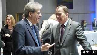 En oroad Stefan Löfven (S) diskuterar med sin italienska kollega Paolo Gentiloni.