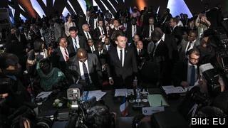Frankrikes president Emmanuel Macron lovar krafttag mot slavhandeln i Libyen på toppmötet i Abidjan mellan EU och afrikanska unionen.