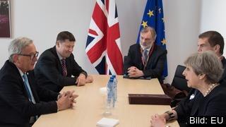 EU-kommissionens ordförande Jean-Claude Juncker och Storbritanniens premiärminister Theresa May tillsammans med sina närmaste medarbetare vid ett tidigare möte. Arkivbild.