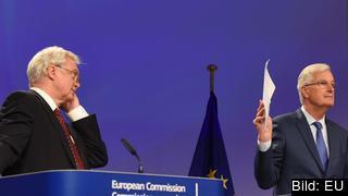 Storbritanniens och EU:s chefsförhandlare David Davis och Michel Barnier efter tredje rundan.