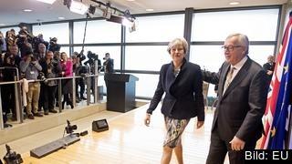 EU-kommissionens ordförande Jean-Claude Juncker och Storbritanniens premiärminister Theresa May på väg in till måndagens lunchmöte.