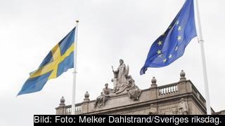 Sveriges och EUs flagga hissade på Riksplan framför Östra riksdagshuset.