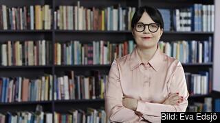 Therese Svanström, ordförande i TCO står framför bokhylla