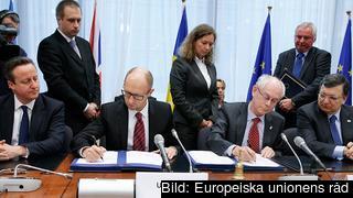 Storbritanniens premiärminister David Cameron, Ukrainas premiärminister Arsenij Jatsenjur, Europeiska rådets ordförande Herman Van Rompuy och EU-kommissionens ordförande José Manuel Barroso vid undertecknandet av de politiska delarna i samarbetsavtalet med Ukraina.