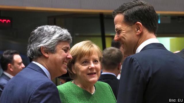 Angela Merkel diskuterar med eurogruppens ordförande Mario Centeno och Nederländernas premiärminister Mark Rutte.