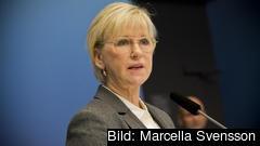 Utrikesminister Margot Wallström (S) vill att EU överväger nya sanktioner mot Ryssland.