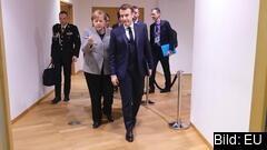 """Tysklands förbundskansler Angela Merkel och Frankrikes president Emmanuel Macron på väg till ett möte med de fyra """"sparsamma"""" länderna Sverige, Danmark, Nederländerna och Österrike tidigare i år. Arkivbild."""