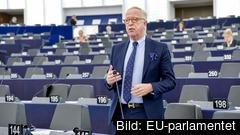Gunnar Hökmark (M) är kritisk till att hans partigrupp, konservativa EPP, vill ha en sluten omröstning om öppenhet.