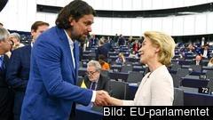 EU-parlamentarikern Tamás Deutsch från det ungerska regeringspartiet Fidesz gratulerar Ursula von der Leyen till jobbet som ny ordförande för EU-kommissionen.