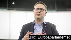 Johan Danielsson (S) menar att flygresor med nästintill tomma plan leder till onödiga utsläpp i coronatider.