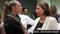 Miljö- och klimatminister Isabella Lövin (MP) till vänster i bild i samtal med Luxemburgs miljöminister  Carole Dieschbourg från Gröna partiet på EU:s ministerrådsmöte.
