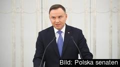 Polens regim driver två kontroversiella lagförslag som tidigare mötts av protester i landet, men under coronatider är demonstrationer förbjudna.